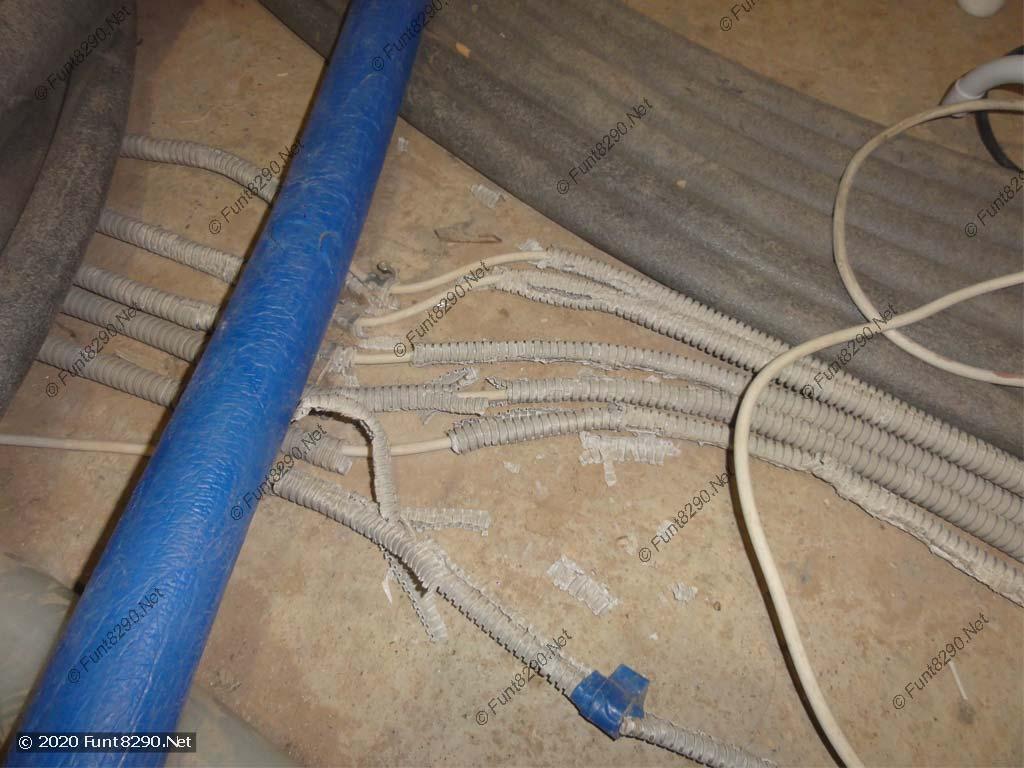 Потоптанные кабели на полу