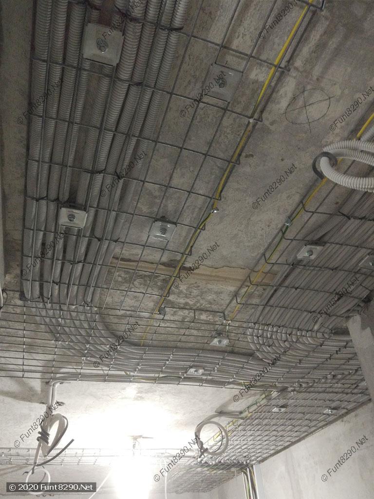 Электрика в лотках по потолку
