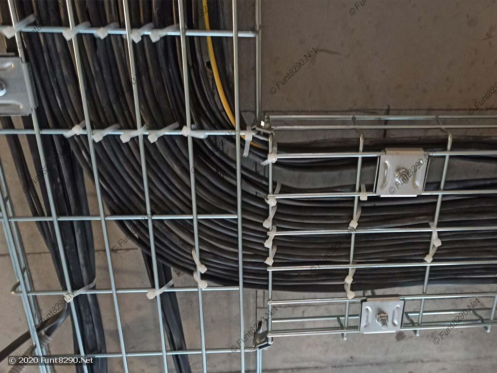 Поворот кабелей по лотку